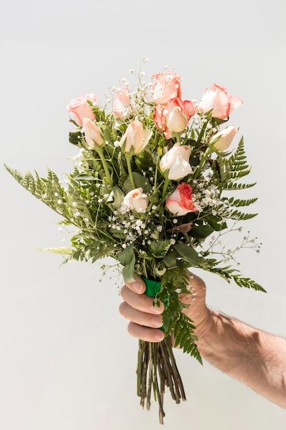 Main Tenant Le Bouquet De Roses Photo gratuit