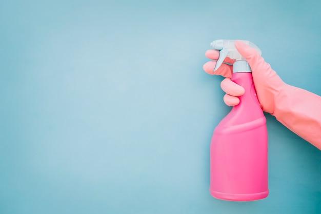 Main tenant la bouteille spry Photo gratuit