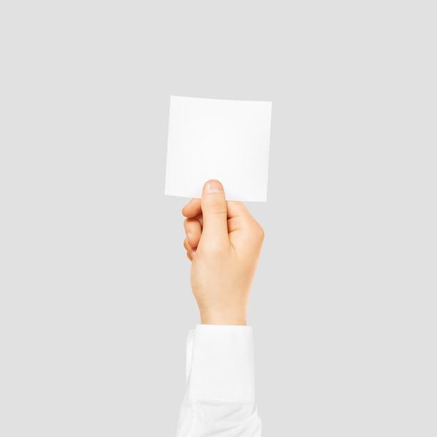Main tenant une carte blanche vierge carrée isolée Photo Premium