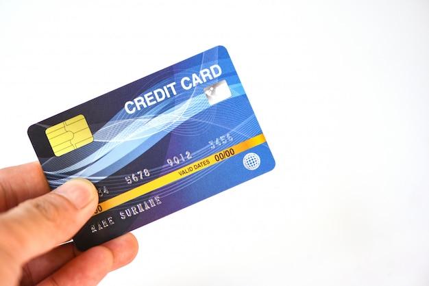Main Tenant La Carte De Crédit Sur Fond Blanc - Paiement Achats En Ligne Payer Avec La Technologie De La Carte De Crédit E Concept De Portefeuille Photo Premium