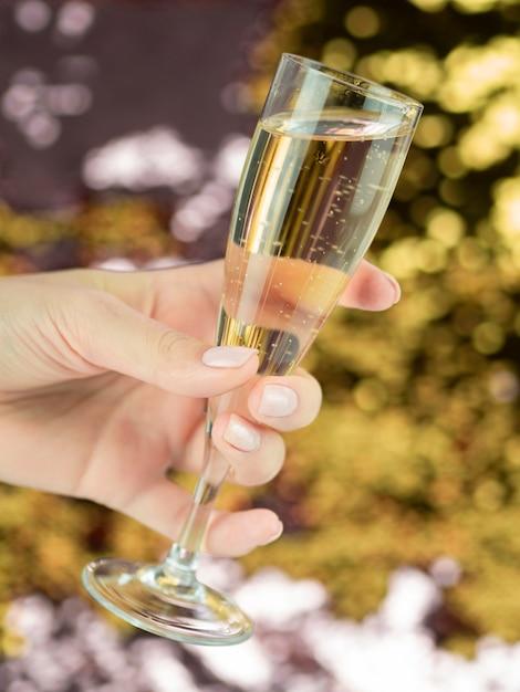 Main Tenant Un Grand Verre De Champagne Pétillant Photo gratuit