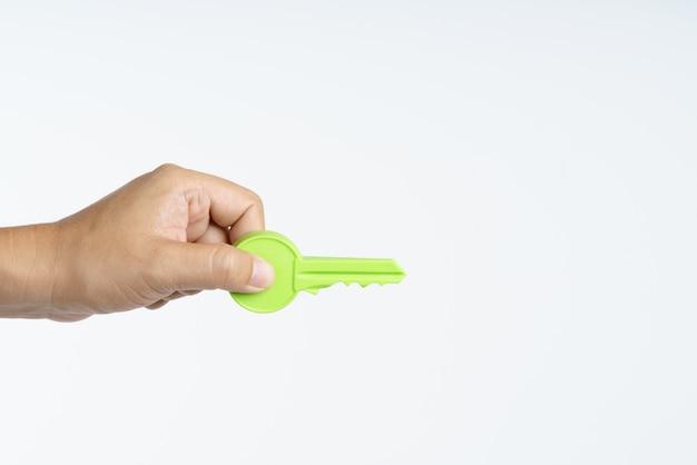Main tenant une grosse clé en plastique Photo Premium