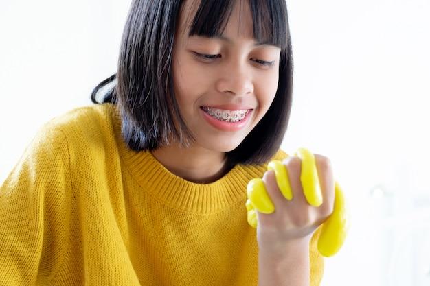 Main tenant un jouet fait main appelé slime, les enfants s'amusent et sont créatifs par l'expérience scientifique Photo Premium