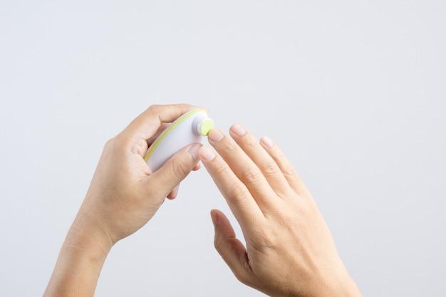 Main tenant un kit de polissage ou de polissage pour enfant, processus de manucure automatique Photo Premium