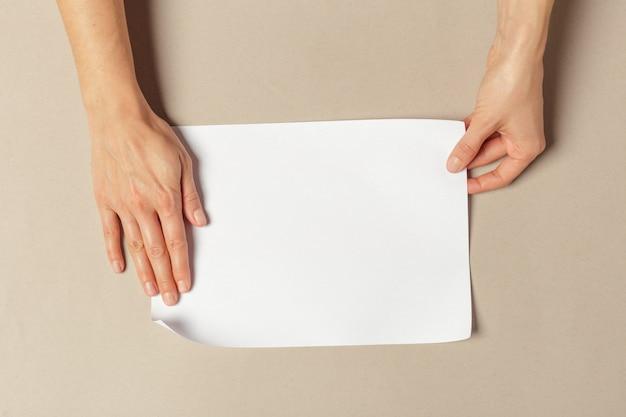 Main tenant des papiers au format a4 Photo Premium