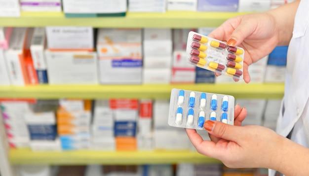 Main tenant un paquet de médicaments à la pharmacie Photo Premium