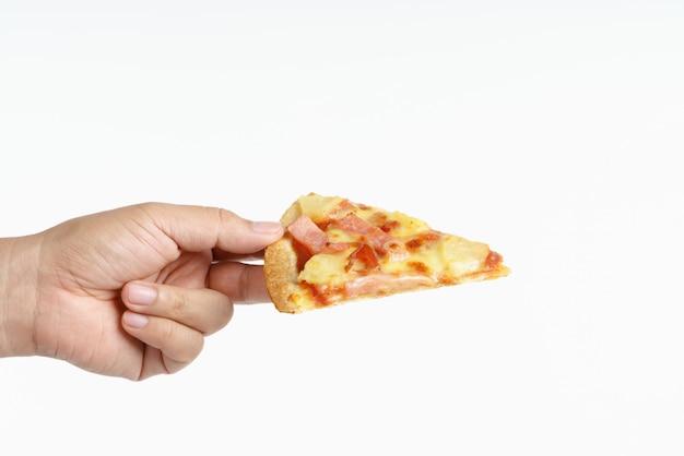 Main tenant une pizza hawaïenne Photo Premium