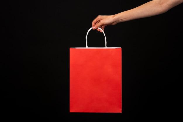 Main Tenant Un Sac Shopping Rouge Photo gratuit