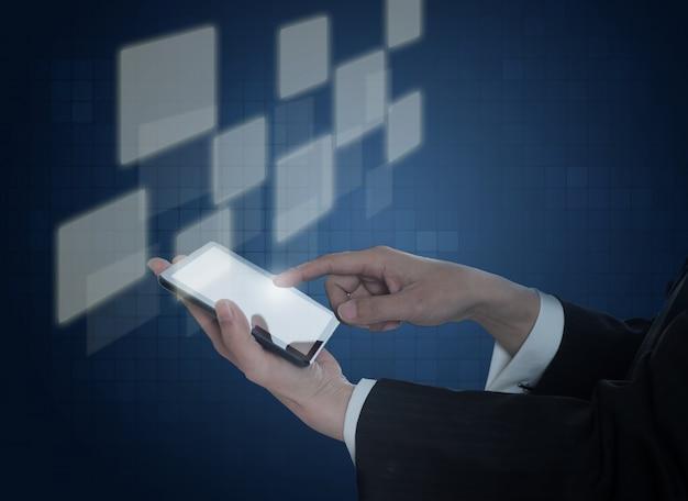 Une main tenant un téléphone mobile avec des carrés virtuels Photo gratuit