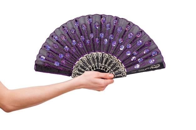 Main tenant un ventilateur isolé sur fond blanc Photo Premium