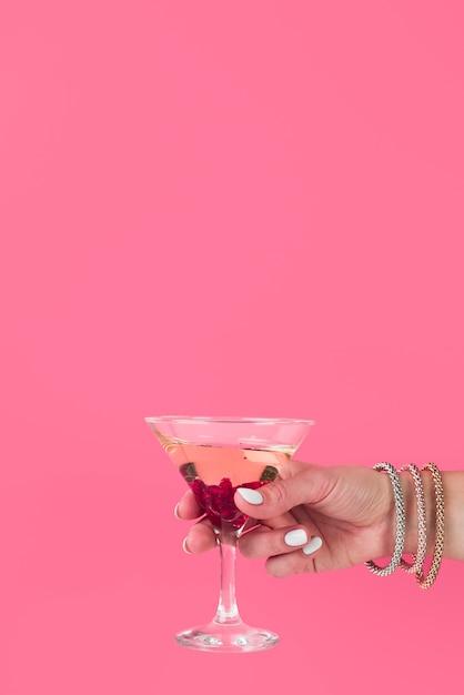 Main Tenant Un Verre à Cocktail Avec Espace De Copie Photo gratuit