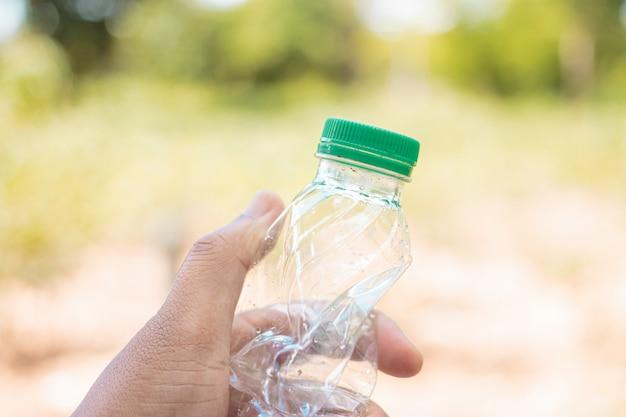 Main tenue montrer plastique recyclable pour la réutilisation du concept de recyclage. Photo Premium