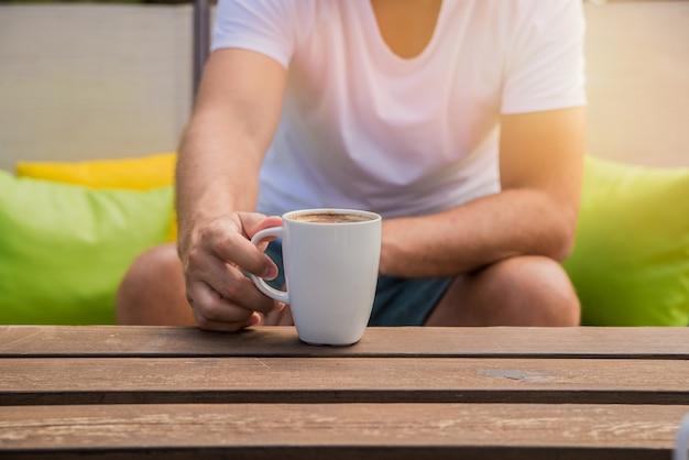 CaféDes Gens Tasse La Boivent Café Main De Tient Une Du MpzSUV
