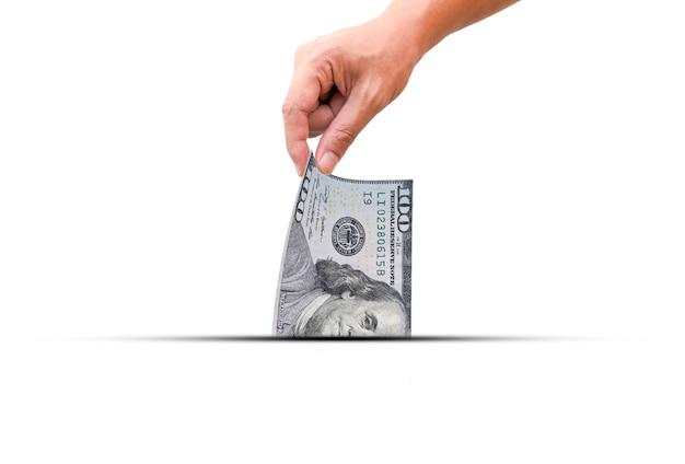 Main tirer une moitié de billet de banque en dollars américains. le dollar américain est la monnaie mondiale et populaire pour les échanges avec la monnaie des autres. Photo Premium