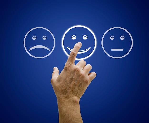 Main toucher l'écran avec le formulaire d'évaluation du service client. Photo Premium