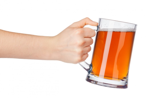 Main avec verre à bière complet isolé sur blanc Photo Premium