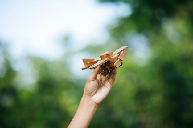 Les mains et l'avion est ce que j'aime Photo Premium
