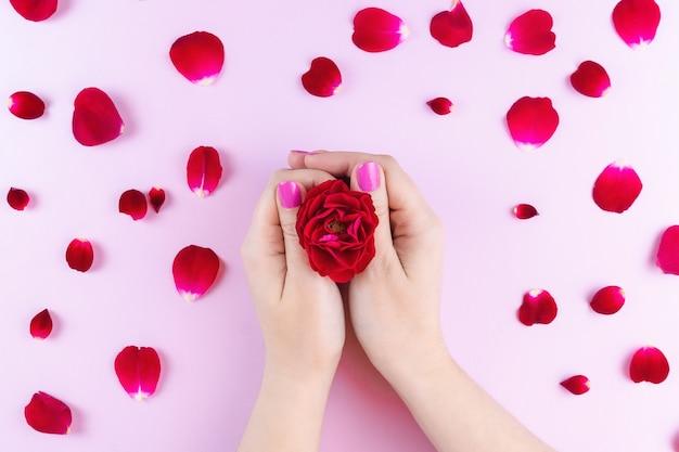 Mains de beauté avec des fleurs de maquillage Photo Premium