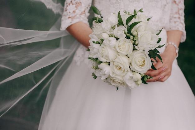 Les mains avec un bouquet Photo gratuit
