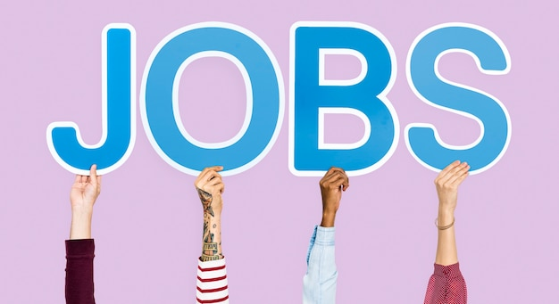 Les mains brandissant des lettres bleues formant le mot jobs Photo gratuit