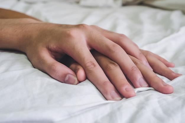 Mains Du Couple Amoureux Sexe Sur Le Lit, Concept Sur L'amour, Le Sexe Et Le Style De Vie. Photo Premium