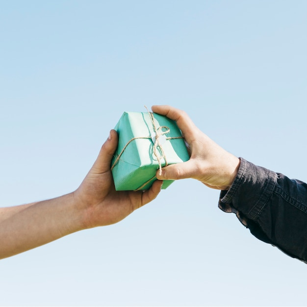Mains échangeant présent Photo gratuit