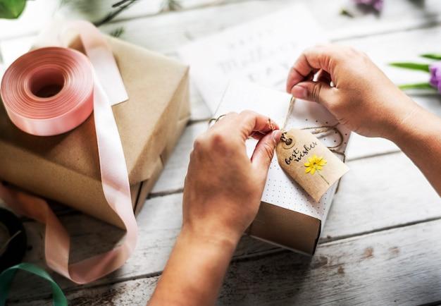 Mains, Emballage, Présent, Décoration, Fleurs, Artisanat Photo Premium