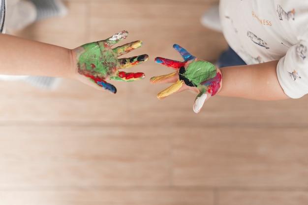 Mains d'enfant avec de la peinture Photo gratuit
