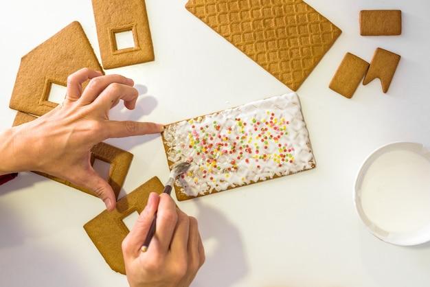 Mains d'enfants décorant des biscuits en pain d'épice Photo Premium
