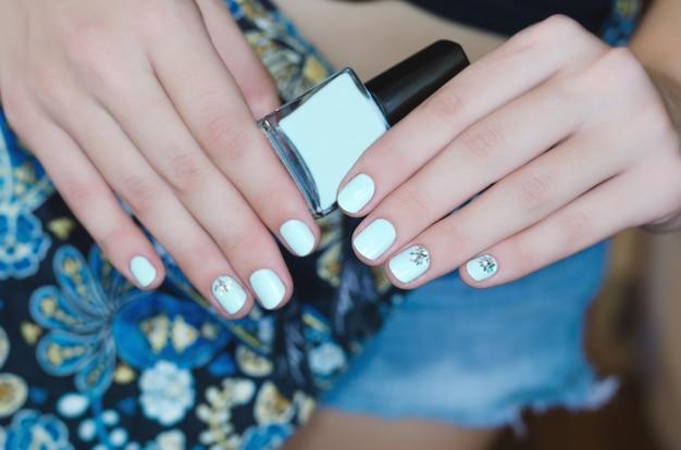 Mains Féminines Avec La Conception Des Ongles Bleu Clair Photo Premium