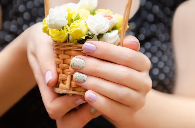 Mains Féminines Avec Un Design Violet Clair Photo Premium