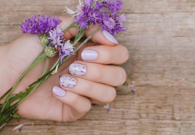Mains féminines avec un design violet Photo Premium