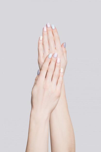 Mains féminines avec une manucure douce Photo Premium
