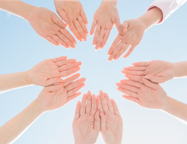 Mains féminines réunies en cercle - campagne contre le cancer du sein. Photo Premium