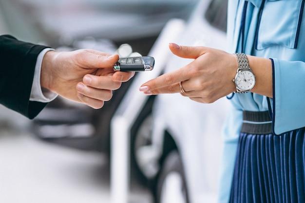 Des mains féminines se bouchent avec des clés de voiture Photo gratuit