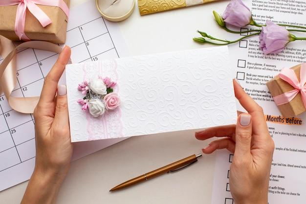 Mains Féminines Tenant Une Enveloppe De Mariage Photo gratuit