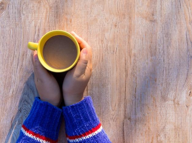 Mains Féminines Tenant Des Tasses De Café Sur Fond De Table En Bois Rustique Photo Premium