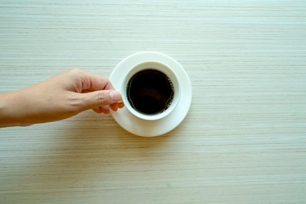 Mains féminines tenant des tasses de café Photo Premium