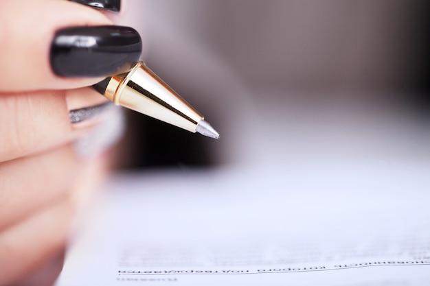 Mains de femme d'affaires signant le contrat Photo Premium