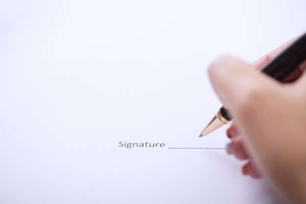 Mains De Femme D'affaires Signant Le Contrat Photo Premium