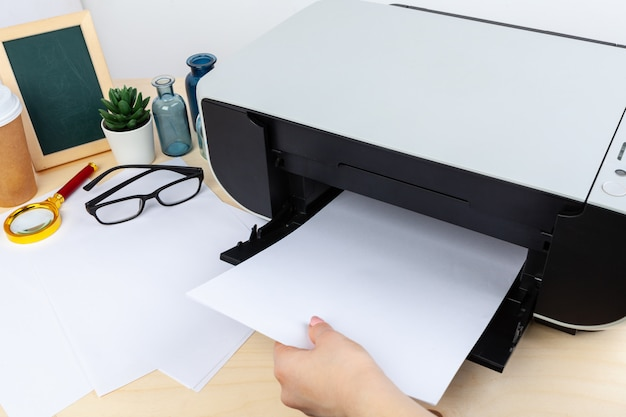 Mains d'une femme à l'aide d'une photocopieuse se bouchent Photo Premium