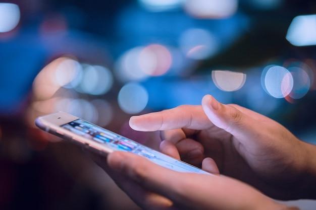 Mains De Femme à L'aide De La Puce De Téléphone Mobile Photo Premium