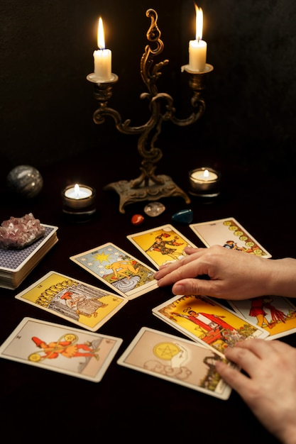 Mains De Femme Avec Des Cartes De Tarot Photo Premium