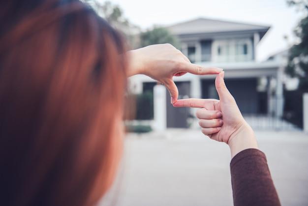 Mains De Femme Faisant Le Geste De Trame Avec La Maison. Planification Du Futur Concept De Résident. Photo Premium