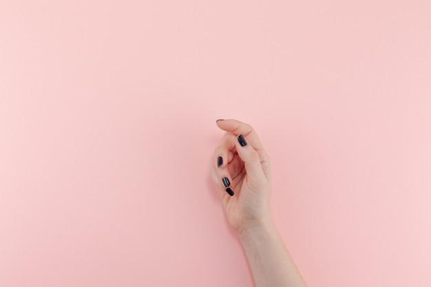 Mains de femme avec manucure noire Photo Premium