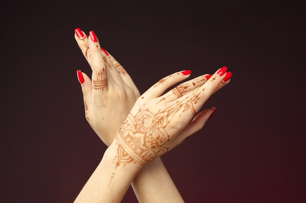 Mains de femme avec mehndi Photo Premium