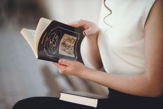 Les mains de femme ouvrant un livre Photo Premium