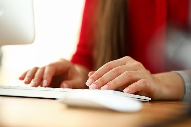 Mains De Femme Travaillant Sur Un Clavier D'ordinateur Au Bureau Photo Premium