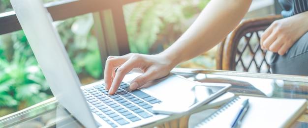 Mains de femme travaillant avec un ordinateur portable au bureau. Photo Premium