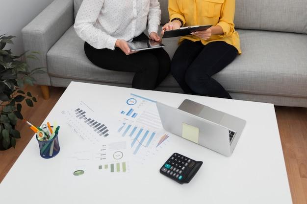 Mains de femmes tenant une tablette et un presse-papiers Photo gratuit
